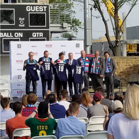 Toute l'équipe dirigeante avec le maillot Madison floquée du 19 ! Photo via Instagram.